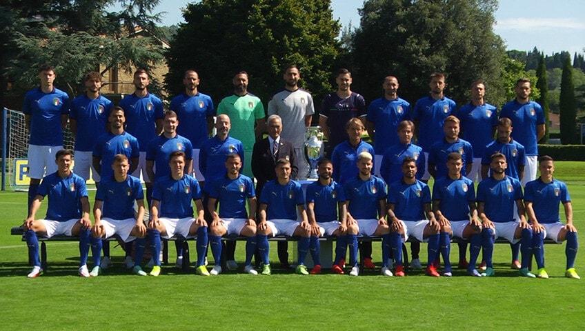 Backstage foto ufficiale della nazionale con la coppa dell'Europeo.