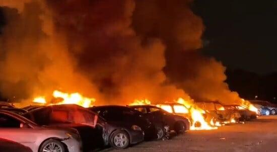 Indianapolis, devastate dalle fiamme 40 auto destinate all'asta