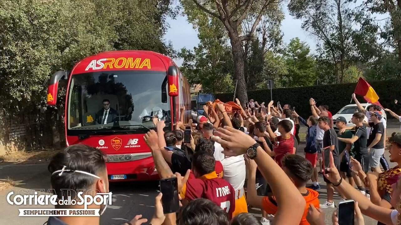Derby, la Roma ha lasciato Trigoria: la carica di un centinaio di tifosi