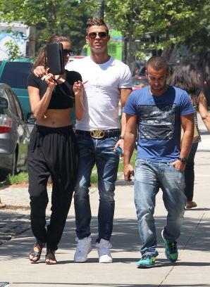 Cristiano Ronaldo passeggia con la fidanzata Irina Shayk ed alcuni ...