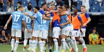 Il derby alla Lazio di Sarri, Mourinho e la Roma furiosi con l'arbitro