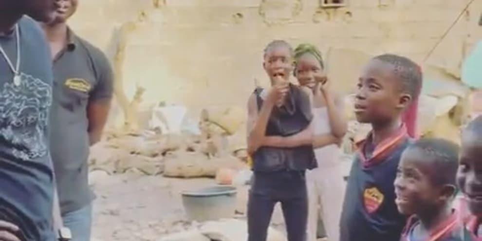 Darboe insegna l'inno della Roma ai bambini del Gambia
